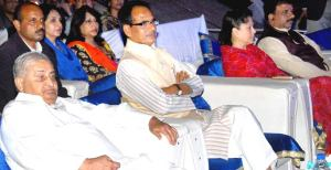 Chief Minister shivraj Singh Chouhan, flanked by ex-chief minister Kailash Joshi, State Minister Yashodhara Raje Scindia and city Mayor Alok Sharma