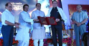 Madhya Pradesh Chief Minister Shiv Raj singh Chouhan and state Minister for Public Relations Rajendra shukla are seen honouring Founder of India TV Rajat Sharma at a glittering Award Function in Bhopal on April 19, 2015. Also seen are State chief Secretary Anthony de Sa and Commissioner Public relations S.K. Mishra