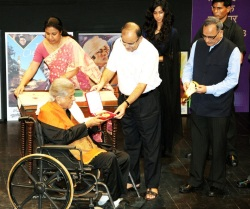 Union Minister for Finance, Corporate Affairs and Information & Broadcasting, Arun Jaitley presented the Dada Saheb Phalke Award to Renowned Actor and Producer Shashi Kapoor at Prithvi Theatre in Mumbai on May 10, 2015. Secretary, Ministry of Information and Broadcasting Bimal Julka is on extreme right.
