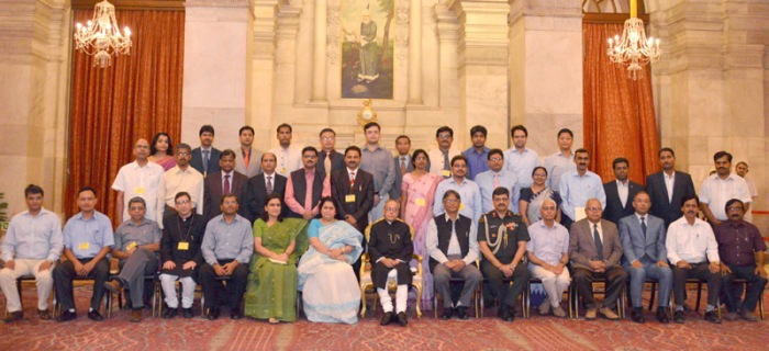 President Pranab Mukherjee with the In-Residence Inspired Teachers from Central Universities, at Rashtrapati Bhavan, in New Delhi on 11 June 2015.