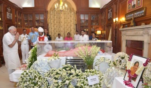 Prime Minister Narendra Modi paying homage at the mortal remains of Smt. Suvra Mukherjee, First Lady, at Rashtrapati Bhavan, in New Delhi on August 18, 2015.