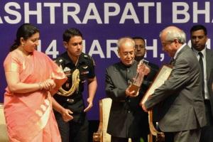 President Pranab Mukherjee presenting the Visitor's Award - 2016 for the Best University to Tezpur University, at Rashtrapati Bhavan, in New Delhi on March 14, 2016. The Union Minister for Human Resource Development Smriti Irani is also seen.