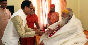 Madhya Pradesh Chief Minister Shivraj Singh Chouhan today met Shankaracharya of Sharda and Jyotishpeeth Swami Swaroopanand Saraswati