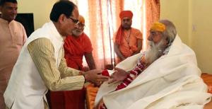 Madhya Pradesh Chief Minister Shivraj Singh Chouhan today met Shankaracharya of Sharda and Jyotishpeeth Swami Swaroopanand Saraswati