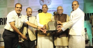 Gaurishankar Bisen receives the Global Leadership Award from Haryana Governor Kaptan Singh Solanki and Uttar Pradesh Governor Ram Naik